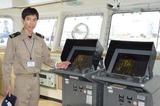 気象観測船「啓風丸」の船内を案内する乗組員