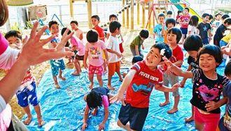 雪を投げ合い、楽しむ子どもたち=12日、浦添市の勢理客保育園