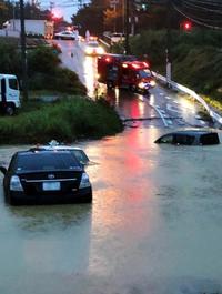 道路が冠水、沈む車… 沖縄各地で10月最大の雨量
