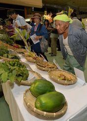 健康志向の機能性食品ブースに人気が集まった沖縄の産業まつり=23日午前、那覇市・県立武道館