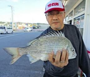 泡瀬海岸で42センチ、1・12キロのチンシラーを釣った伊良波克治さん=8日