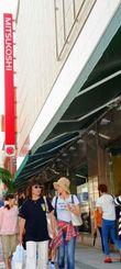 9月中の閉店が決まった沖縄三越。多くの買い物客が訪れた=19日午後