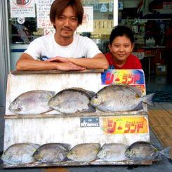 安謝で43.4センチ、1.74キロのカーエーなどを釣った山内伸也さん(左)=8月23日