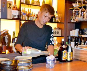 タイでの泡盛普及に向け、泡盛の魅力を語る「しか枡屋」の田幸淳也代表=那覇市の同店