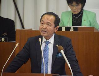 (資料写真)一般質問に答える沖縄県名護市の渡具知市長=12日、名護市議会