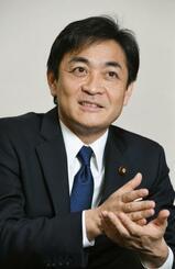 インタビューに答える国民民主党の玉木雄一郎代表