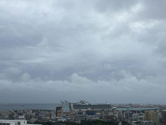 台風の影響で那覇でも風が強く、雨が降ったりやんだりしています=26日午後5時ごろ