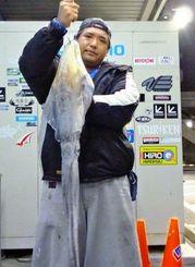 2月28日、海中道路で2.5キロのアオリイカを釣った金城倖信さん。エギは3.5号(ピンク系統)