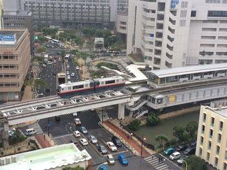 県庁前駅に入るゆいレールの車両=9日午後、那覇市