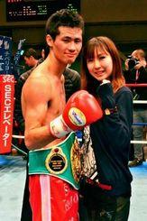 初防衛に成功し、ポーズを決める江藤光喜(左)と妻のさくらさん=26日、東京・後楽園ホール(大門雅子撮影)