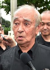大田昌秀さんの告別式参列後、記者団の質問に答える仲井真弘多前知事