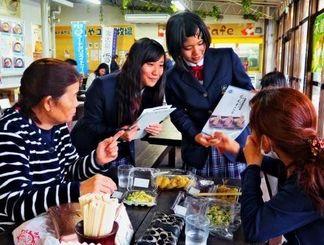 ちんすこうを試食してもらい、アンケートに答えてもらう生徒ら=宮古島市・「島の駅みやこ」