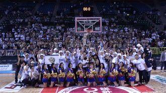 コート上での記念撮影。選手、コーチ、チームスタッフ、球団フロント・スタッフ、キングス・ダンサーズ、そして家族、その後ろには大勢のファン。まさに、キングス・ファミリー(photo by Natsuhiko Watase)
