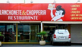 「SOBA」の文字が見えるカンポグランデ市の飲食店の看板。ピザ店で扱う例もあるという=8月14日