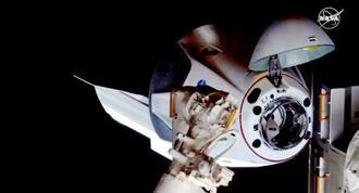 国際宇宙ステーションにドッキングする新型の宇宙船「クルードラゴン」=31日(NASAテレビ)