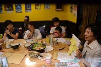 子育て世代の母親に分かりやすく憲法を手ほどきする林千賀子弁護士(右端)=5日、那覇市・ナハチョップカフェ