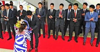歓迎セレモニーで花束を受け取る大野雄大選手会長。前列右は又吉克樹=那覇空港