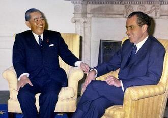 1969年11月、米ホワイトハウスで会談する佐藤栄作首相(左)とニクソン米大統領。2人は沖縄返還に合意した(共同)