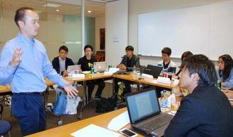 吉田大弁護士(左)と議論するRyukyufrogsのメンバーら=22日、スクワイア・パットン・ボグズ事務所