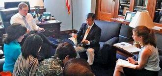米連邦議会関係者らと面談する稲嶺進名護市長(中央)ら訪米団メンバー=1日、米ワシントン