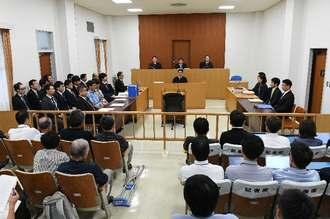 第1回口頭弁論が開かれた那覇地裁の法廷=26日午後(代表撮影)