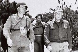 戦闘状況を話し合うバックナー中将(左)とガイガー少将=1945年4月11日