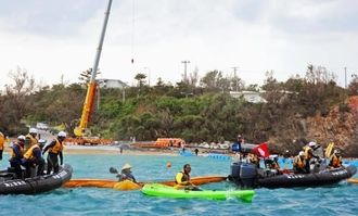 辺野古の海上作業が再開し、抗議する市民らと警戒する海上保安庁職員=19日午後、名護市辺野古の米軍キャンプ・シュワブ