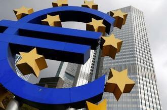 欧州単一通貨ユーロのロゴ=10月26日、ドイツ・フランクフルト(ロイター=共同)