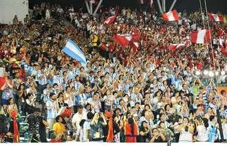 ウチナーンチュ大会・開会式のクロージングで会場が盛り上がる=27日午後、那覇市・セルラースタジアム那覇