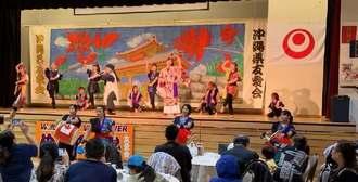 「ダイナミック琉球」では派遣指導員3人と地元のパフォーマーが共演した=バーナビー市日系文化センター・博物館(バンクーバー沖縄県友愛会提供)
