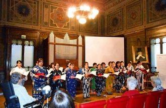 歌声を披露する「コーロ・ブリランテ・ディ・オキナワ」のメンバーら=ミラノ市内・カーザヴェルディ