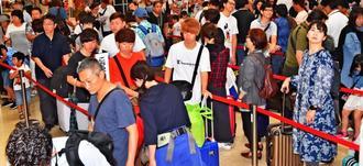 台風の影響で混雑する那覇空港の出発ロビー=28日午前10時半すぎ