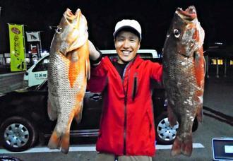 東海岸で48.5センチ、1.75キロと47.6センチ、1.54キロのカースビーを釣ったNew Jack Anglerの山田和人さん=5月30日
