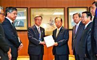 翁長知事、沖縄関係予算の満額確保を政府・与党に要請 税制9項目も
