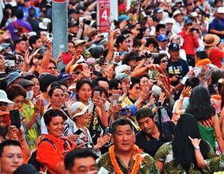 パレード参加者に笑顔で手を振る沿道の人たち=那覇市牧志(下地広也撮影)