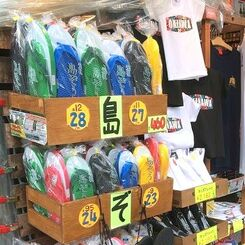 土産品店の店頭に並ぶ島ぞうり=20日、那覇市・国際通り
