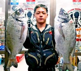 糸満海岸で46.7センチ、1.7キロのチヌを釣った具志堅翔さん=11月15日