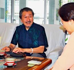 城間幹子市長(右)に玉陵でのシーミー実施の協力を要望した尚衞さん=26日、那覇市役所