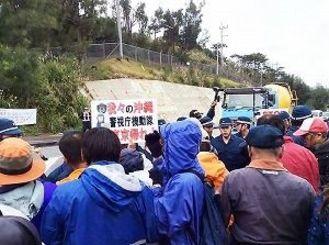 米軍キャンプ・シュワブゲート前で工事関係車両の進入に抗議する市民ら=12日、名護市辺野古
