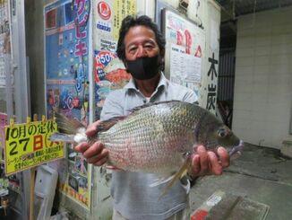 東浜の海岸で45・7センチ、1・9キロのチンシラーを釣った与那嶺勉さん=5日