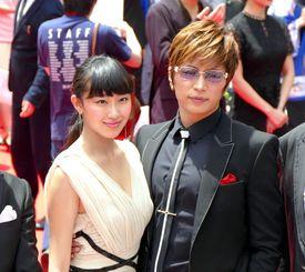 「カーラヌカン」出演のGACKTさん(右)と木村涼香さん