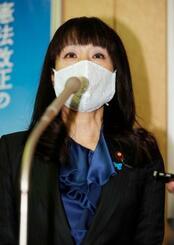 下村政調会長との面会後、取材に応じる自民党の杉田水脈衆院議員=30日午後、東京・永田町の党本部