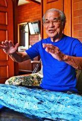 開南小児童が折った鎮魂の千羽鶴(手前)を携え、71年ぶりに奄美大島を訪れる予定の上原清さん=うるま市の自宅