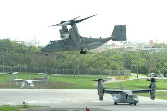 米海兵隊普天間基地を飛び立つオスプレイ=2013年9月24日