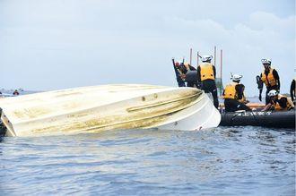 海保の追跡で転覆した抗議船=4月28日午前11時30分、名護市の大浦湾
