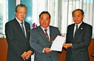 安慶田副知事(中央)に要望書を手渡した湖城会長(右)と義永支部長=3日、県庁
