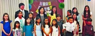 ピアノリサイタルで佐久間かおりさん(中央)、長女カレンさん(後列右から2人目)、マヤさん(後列左から2人目)、クレアちゃん(前列左から3人目)