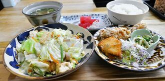 一番人気の豆腐チャンプルーセット。刺し身や唐揚げも付きボリュームたっぷりだ