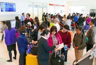 旧正月の大型連休を利用し中国、台湾、韓国、香港などから来沖した観光客=2月18日午後、那覇空港国際線ロビー