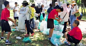 公園内のごみを拾う参加者=17日、那覇市・緑ケ丘公園